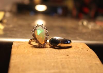Anello con opale irregolare. / Irregular opal ring.