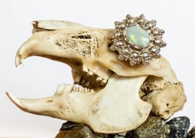 Anello con opale e teschi. / Opal ring with skulls.