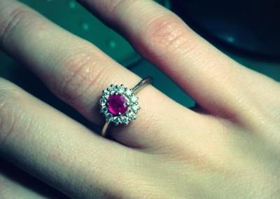 Anello a cestino con rubino e diamanti. / Ruby and diamond border ring.