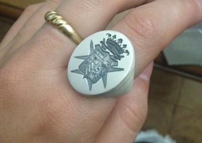 Anello a sigillo con stemma famigliare. / Family signet ring.