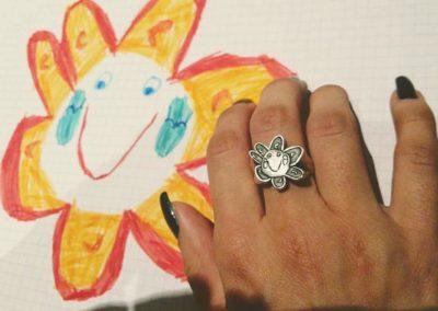 Anello disegno con fiore. / Flower drawing ring.