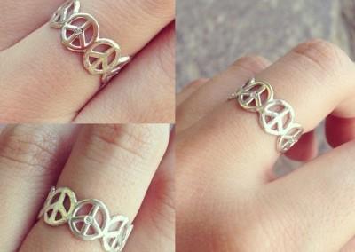 Anello con simbolo della pace. / Peace symbol ring.