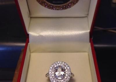 Solitario con doppio giro di pietre. / Engagement ring.