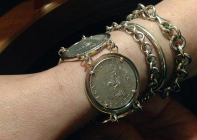 Bracciale con monete. / Coins bangle.