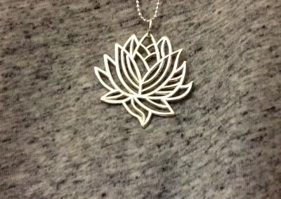 Pendente con fiore di loto. / Lotus flower pendant.
