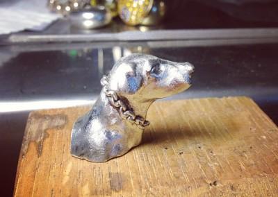 Spilla con cane. / Dog brooch.