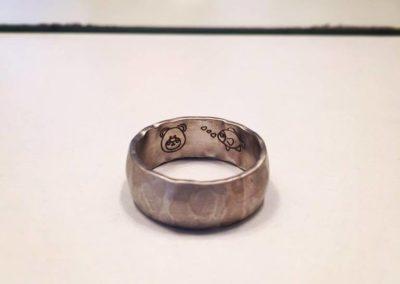 Anello battuto. / Hammered ring.