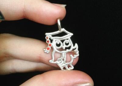 Pendente con gufo laureato. / Graduating owl pendant.