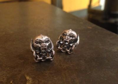 Orecchini con simbolo Motörhead. / Motörhead earrings.