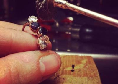 Anello con spinelli neri e dimanati. / Black spinel and diamonds ring.