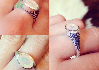 Anello a sigillo con fiori. / Flower signet ring.