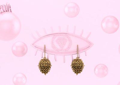 Orecchini con pigna. / Pine cone earrings.