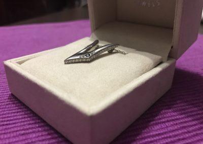 Pendente con V con diamanti e zarrifo blu. / V pendant with diamonds and blue sapphire.