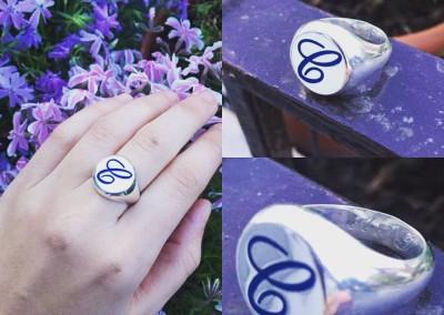 """Anello a sigillo con """"C """" in smalto blu. / Blue C enamel signet ring."""