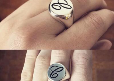 """Anello a sigillo con """"C """" in smalto nero. / Black C enamel signet ring."""