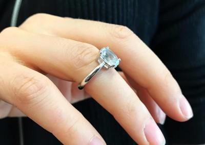 Anello solitario con acquamarina. / Aquamarine engagement ring.