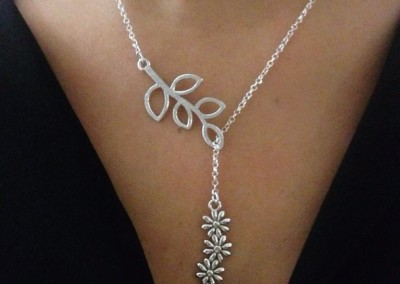 Pendente con fiori e foglie. / Flower and leaf pendant.