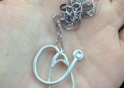 Pendente con Stetofonendoscopio. / Stethoscope pendant.