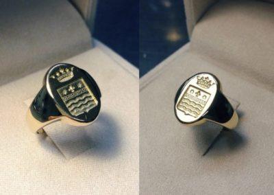 Anello a sigillo con stemma famigliare in oro giallo. / Signet ring in yellow gold.