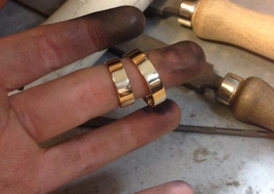 Fabiana & Antonio oro giallo battuto. / Fabiana & Antonio., Yellow gold/ hammered rings.
